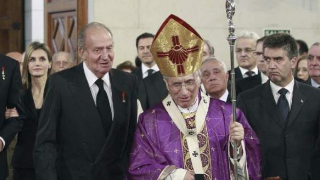 Los Reyes, don Juan Carlos y doña Sofía, y a los Príncipes de Asturias, don Felipe y doña Letizia, junto al cardenal arzobispo de Madrid, Antonio María Rouco Varela (d).