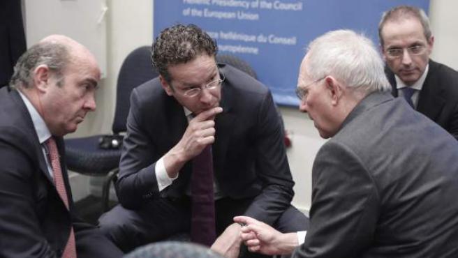 El ministro de Finanzas alemán, Wolfgang Schaeuble (d), conversa con el presidente del Eurogrupo, el holandés Jeroen Dijsselbloem (c), y con el ministro de Economía y Competitividad español, Luis de Guindos (i), durante la reunión del Eurogrupo celebrada en Atenas (Grecia).