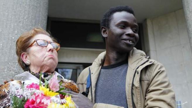 Eladia, junto a un inmigrante que acudió en apoyo de la 'yayoflauta', tras el juicio
