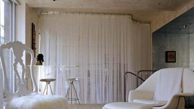 Una sutil cortina separa sin dejar de comunicar los dos ambientes.
