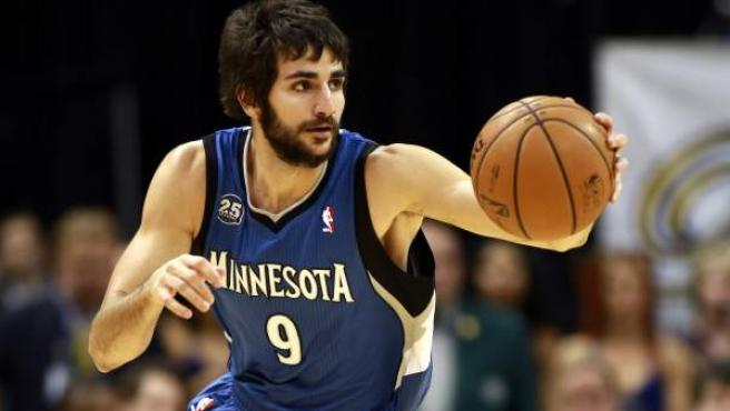 El base español de los Minnesota Timberwolves Ricky Rubio controla un balón en un encuentro como visitante.