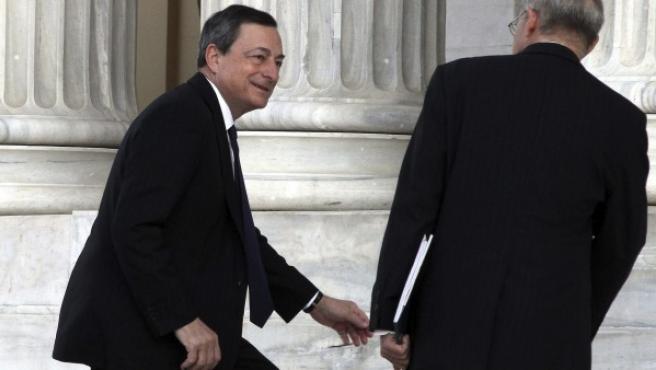 El presidente del Banco Central Europeo (BCE), Mario Draghi (i), llega a la reunión informal del Eurogrupo celebrada en Atenas (Grecia).