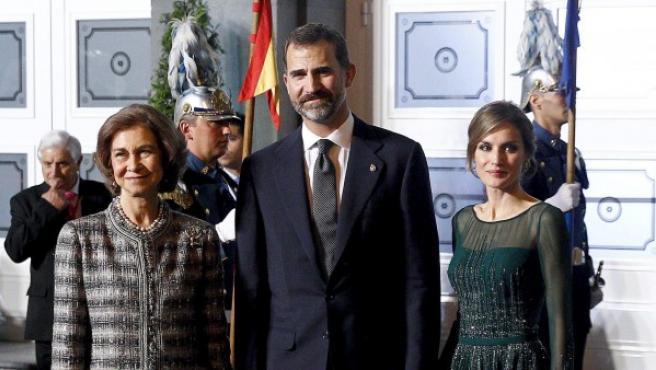 La reina Sofía, junto a los príncipes, don Felipe y doña Letizia, en el Teatro Campoamor de Oviedo.