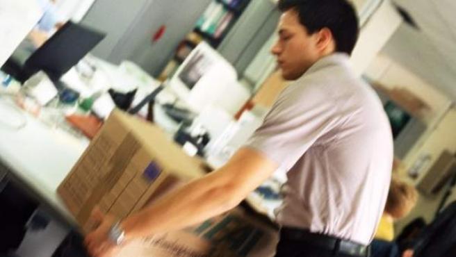 Un trabajador recoge sus pertenencias en un despacho.