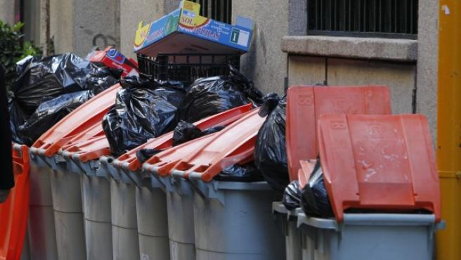 Contenedores llenos de basura en la calle.