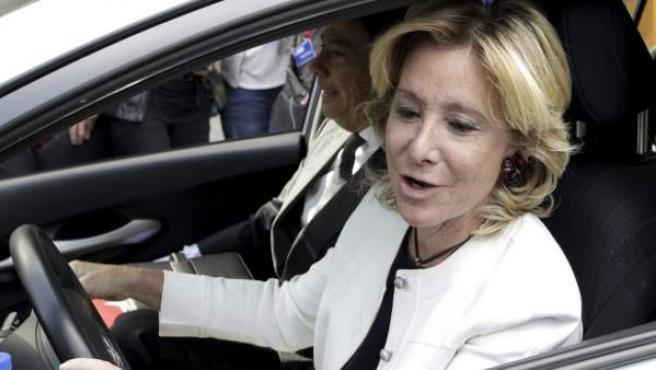 Aguirre, camino de la Asamblea conduciendo su coche, al que se subió Ignacio González.