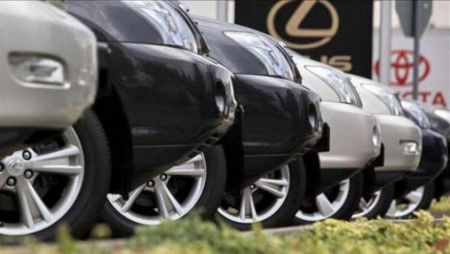 Hilera de coches en un concesionario.