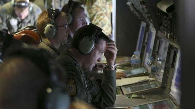 Técnicos australianos trabajan en la detección de señales que arrojen luz sobre la ubicación del avión malasio desaparecido en el Índico el día 8 de marzo.