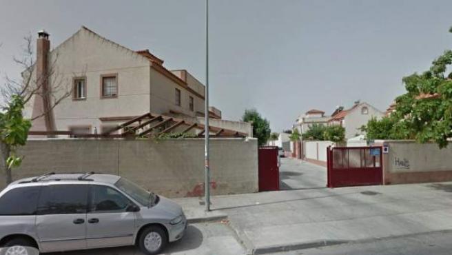 Vista de la valla de acceso a la calle Garganta de las Buitreras, en Jerez de la Frontera.