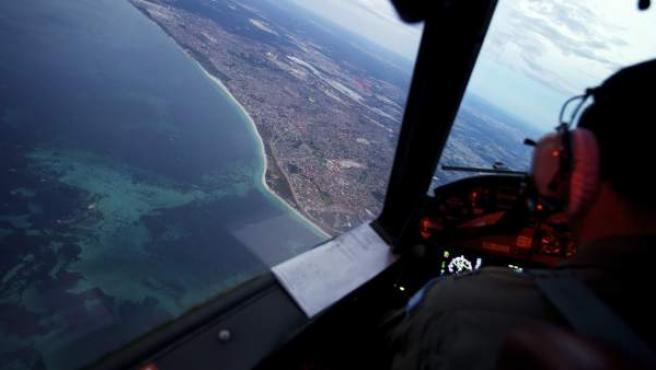 Un avión australiano regresa al puerto de Perth (Australia) tras completar 11 horas de búsqueda en el Índico del avión malasio desaparecido el pasado 8 de marzo de 2014.