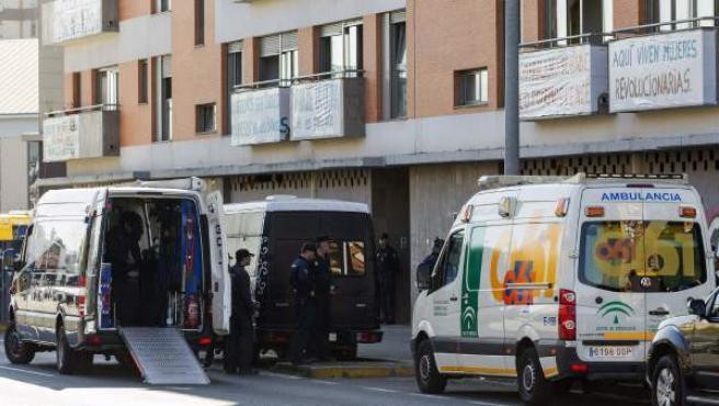 Agentes de la Policía Nacional, en el desalojo de la Corrala Utopía de Sevilla.