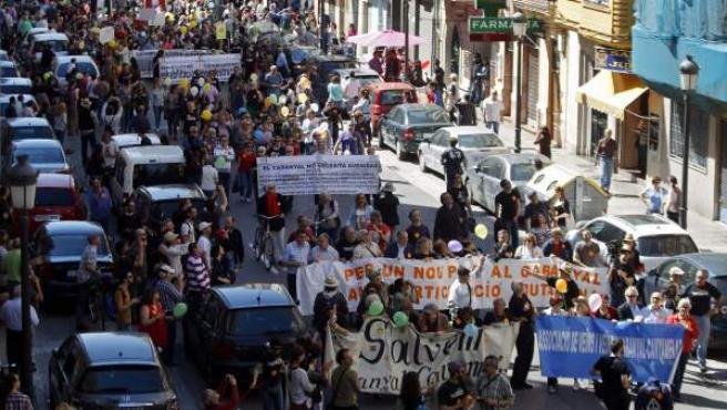Los vecinos del barrio valenciano del Cabanyal se manifiestan por las calles del barrio.