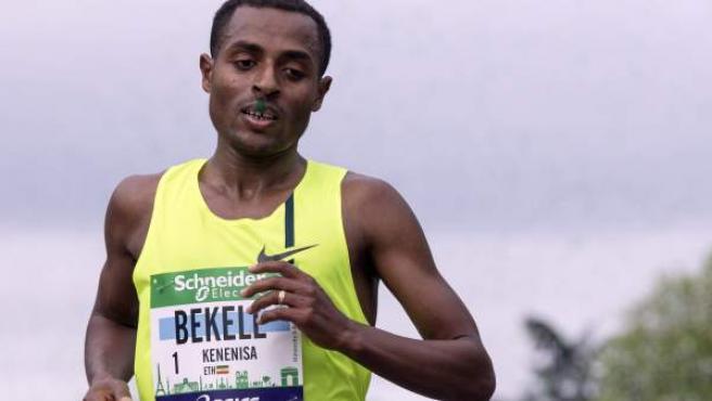 El atleta etíope Kenenisa Bekele entra en la meta del Maratón de París 2014 en primera posición: Bekele debutaba en la distancia.