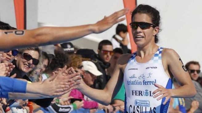 La atleta Mirian Casillas (i), del club TriatlonFerrol, se impone vencedora del Campeonato de España de Duatlón femenino Elite disputado en Aviles.