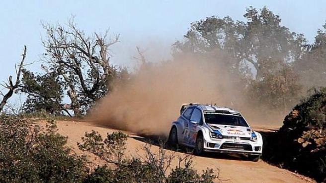 El piloto francés Sebastien Ogier conduce su Volkswagen Polo WRC por caminos del Algarve cercanos a Loulé durante la cuarta manga de la última etapa del Rally de Portugal 2014.