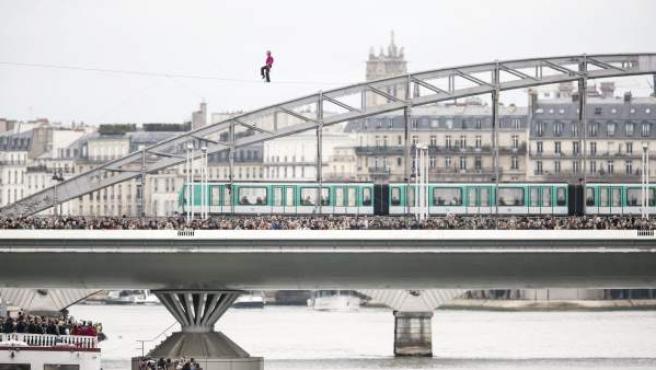 El funambulista Denis Josselin cruzando el río Sena en París por un cable tendido a 25 metros de altura.