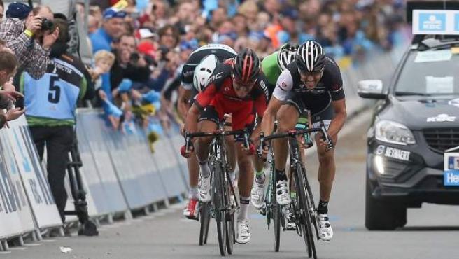 El suizo Fabian Cancellara lanza el sprint a sus otros tres compañeros de fuga en la línea de meta de Oudenaarde para ganar el Tour de Flandes 2014.