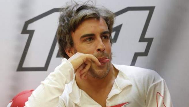 Fernando Alonso descansa en el box de Ferrari durante el GP de Baréin.