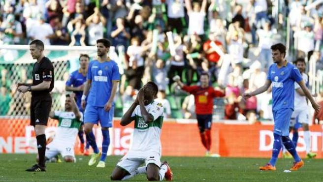 El jugador del Elche Boakye celebra su gol ante el Getafe en el Martínez Valero.