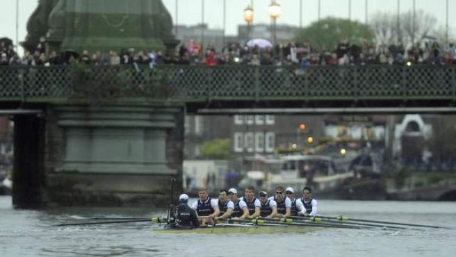 El equipo de remo de la Universidad de Oxford, sobre el Támesis en la 160ª edición de la 'Boat Race' o regata entre las universidades de Oxford y Cambridge.
