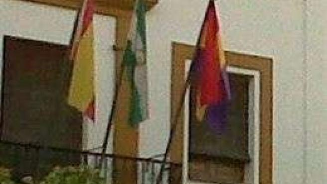 Bandera republicana en el Ayuntamiento de Villaverde.
