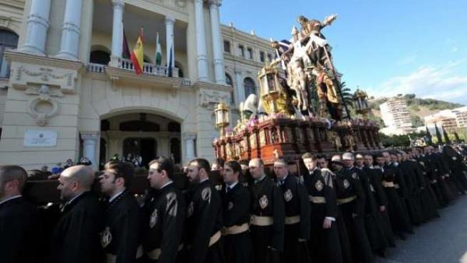 Trono hombres portadores Descendimiento Semana Santa campana turismo