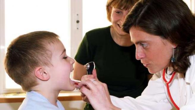 Una doctora atiende a un menor en su consulta