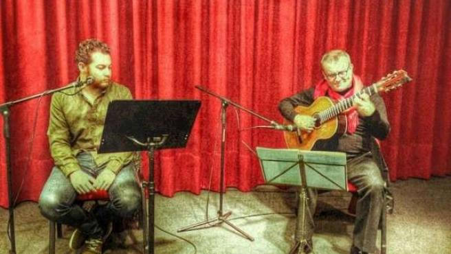 El poeta Alberto Caride junto al guitarrista Tono Clemente