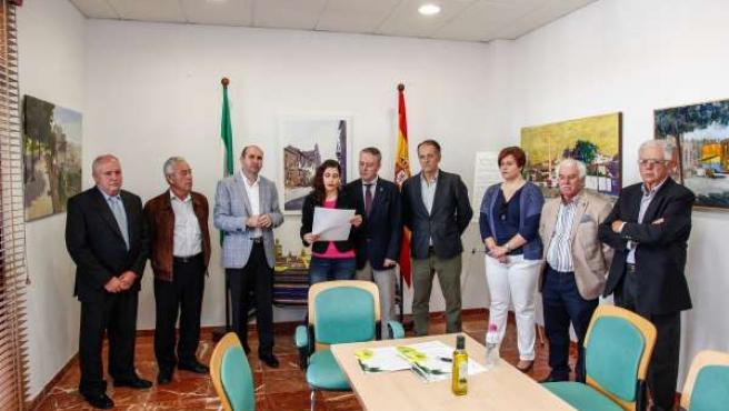 Lectura del manifiesto a favor del aceite y del olivar, en Periana