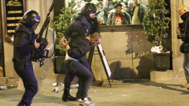 La Policía detiene a un manifestante tras la Marcha por la Dignidad de Madrid.