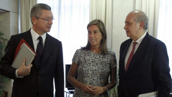 El ministro de Justicia, Alberto Ruiz-Gallardón (i), junto a la ministra de Sanidad, Ana Mato (c), y el ministro del Interior, Jorge Fernández Díaz
