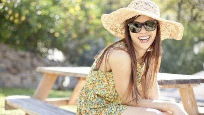 Una mujer ríe satisfecha y feliz.