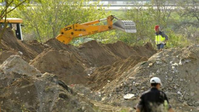Trabajos de rastreo de la Policía en la escombrera situada entre los términos municipales de Sevilla y Camas.