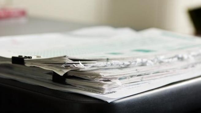Una pila de documentos.