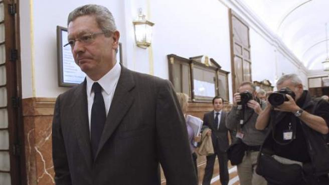 El ministro de Justicia, Alberto Ruiz-Gallardón, en los pasillos del Congreso de los Diputados.