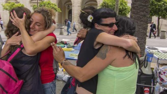 Las familias desalojadas el pasado domingo de la Corrala Utopía, que se encontraban acampadas frente al Ayuntamiento de Sevilla, reciben la noticia de que serán realojados.