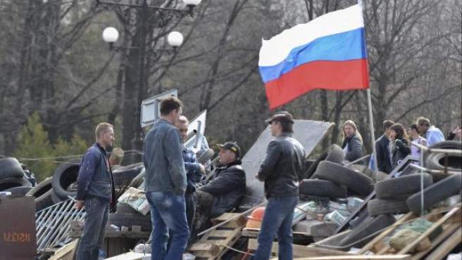 Varias personas de tendencia prorusa, junto a un edificio ocupado de Lugansk.