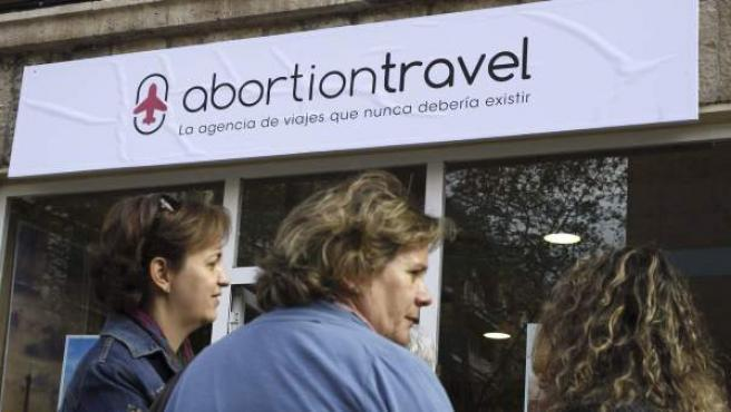 "Fachada exterior de la agencia ficticia ""Abortion Travel""."
