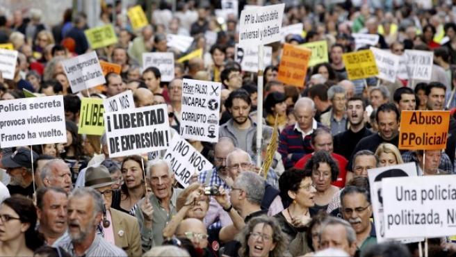 """Un momento de la manifestación que las Marchas de la Dignidad han convocado para protestar por lo que consideran una """"criminalización y oleada represiva"""" respecto a la celebrada el 22 de marzo en la capital."""