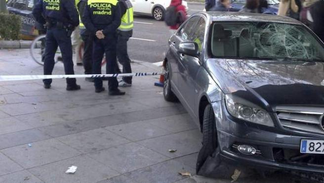Fotografía del coche que arrolló a dos hombres de 55 y 47 años en 2013, al invadir la acera cuando las víctimas esperaban en un semáforo para cruzar en el Paseo de La Castellana de Madrid, bajo el puente de Eduardo Dato.