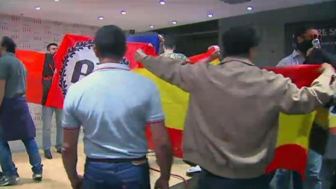 Los radicales, durante su irrupción en el Centro Cultural Blanquerna de Madrid, sede de la Generalitat de Catalunya, donde se celebraba un acto con motivo de la Diada.