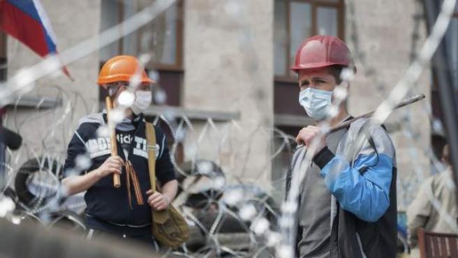 Activistas prorrusos protestan junto a una barricada delante de la sede de la Administración Regional, que permanece ocupada, en Donetsk (Ucrania). El presidente ruso, Vladímir Putin, dijo este miércoles que no descarta exigir a Ucrania el pago por adelantado del gas ruso para seguir suministrándolo, debido a la abultada deuda del país vecino, que supera los 2.000 millones de dólares.