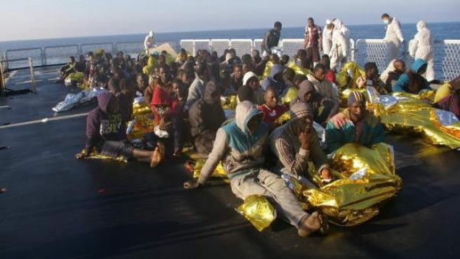 Inmigrantes de África del Norte tras ser rescatados este viernes de una barcaza en el mar cerca de las costas de Sicilia en Italia.
