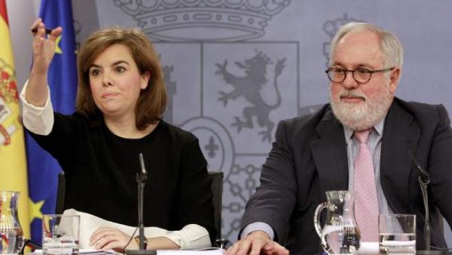 La vicepresidenta del Gobierno, Soraya Sáenz de Santamaría y el ministro de Agricultura y candidato del PP al Parlamento Europeo, Miguel Arias Cañete, durante la rueda de prensa posterior a la reunión del Consejo de Ministros.