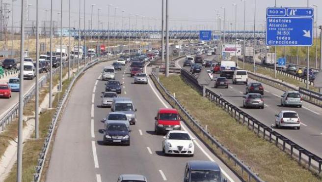 Una caravana de vehículos en el kilómetro 19 de la carretera de Extremadura en Madrid al inicio de los días festivos de Semana Santa.