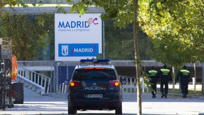 Un coche de la Policía Nacional y tres agentes de la Policía Local de Madrid patrullan en los alrededores del Madrid Arena.