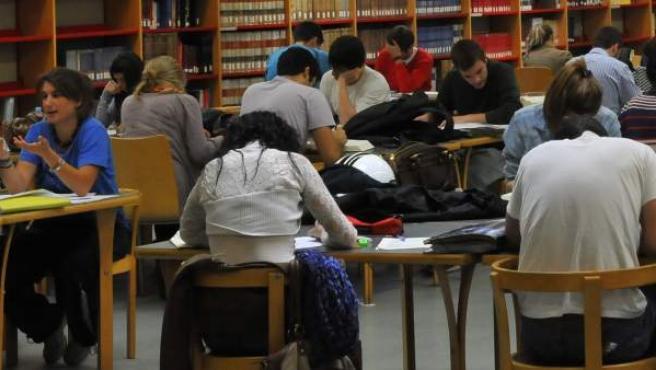 Un grupo de estudiantes universitarios en una biblioteca.