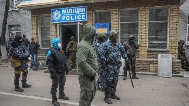 Hombres armados ante la comisaría de policía ocupada po activistas prorrusos en Slaviansk, Ucrania.