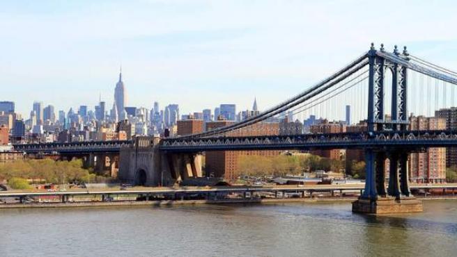 El puente de Manhattan desde el puente de Brooklyn en Nueva York.