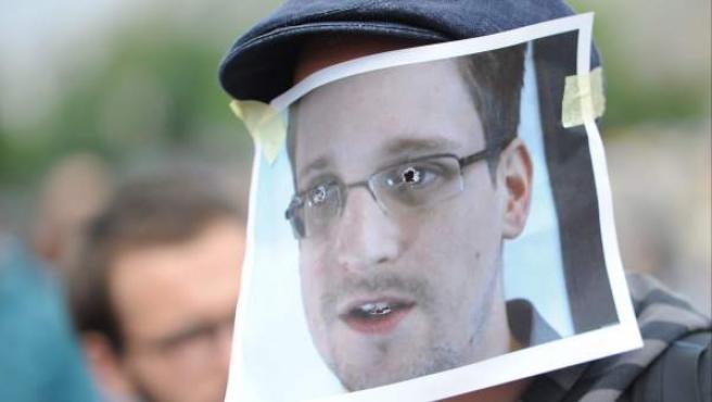Imagen de archivo de un simpatizante de Edward Snowden luciendo una careta con el rostro del exagente durante una manifestación en Berlín, Alemania.